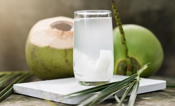 Nước dừa là một loại thực phẩm không nên bỏ qua khi được hỏi ăn gì tốt cho dạ dày