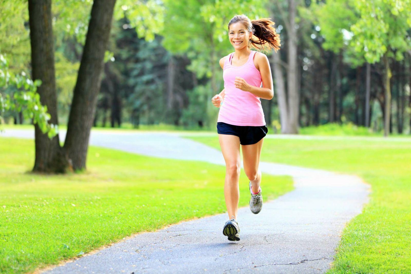Hãy thường xuyên tập luyện thể thao để tăng cường sức đề kháng giúp phòng bệnh u nang buồng trứng.