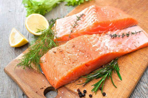 Cá hồi đứng đầu trong danh sách ăn gì để cân bằng nội tiết tố nữ